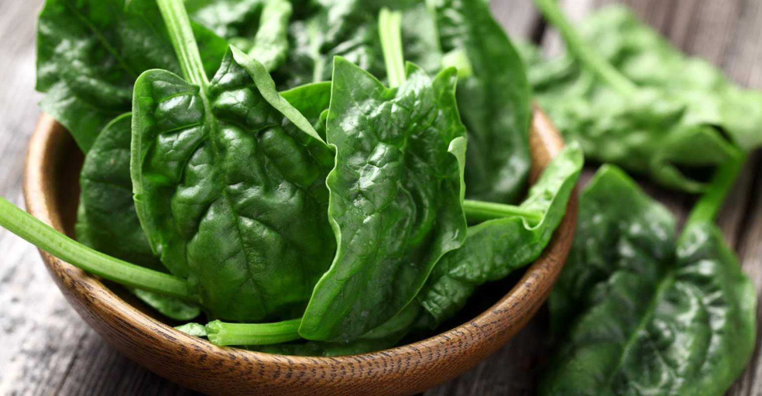 spinach_leaves_in_wooden_bowl